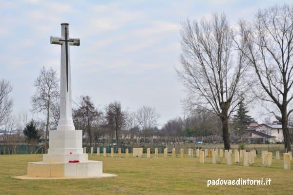 Padua War Cemetery - vista su monumento ©RobertaZago - padovaedintorni.it