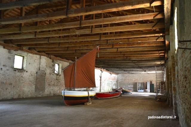 Lazzaretto vecchio Venezia - interno con barche Lazzaretto vecchio Venezia - interno con guida ©RobertaZago padovaedintorni.it