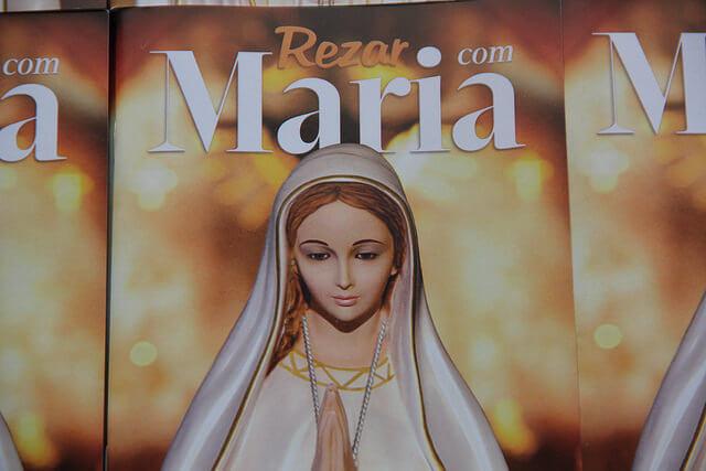 """Livro: """" Rezar com Maria"""""""
