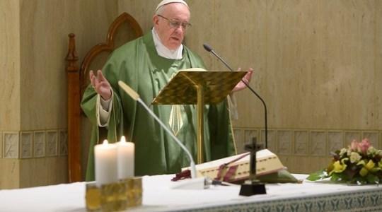 Papież na Mszy w piątek: módlmy się o nieuleganie zniewoleniu