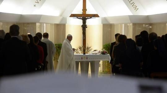Papież na Mszy we wtorek: zamknięcie na Boga osieroceniem