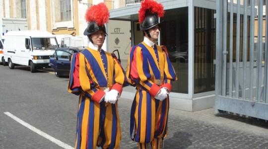 Nowoczesne hełmy dla gwardzistów w Watykanie (Vatican Service News - 05.05.2018)