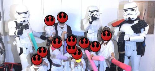 Los Soldados Imperiales con todos los invitados del cumpleaños