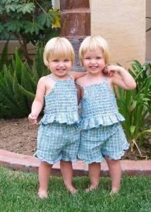 Hermanas vestidas igual