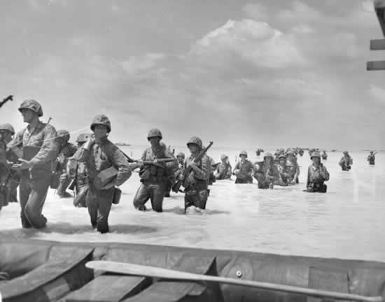 marines wade ashore at tarawa