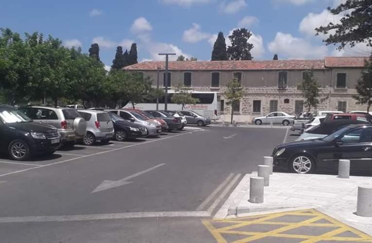 Τέλη στάθμευσης στον χώρο πίσω από τη Δημοτική Βιβλιοθήκη και τον Παλαιό Αστυνομικό Σταθμό