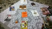 A mesa de livros representa nossos momentos de estudo.