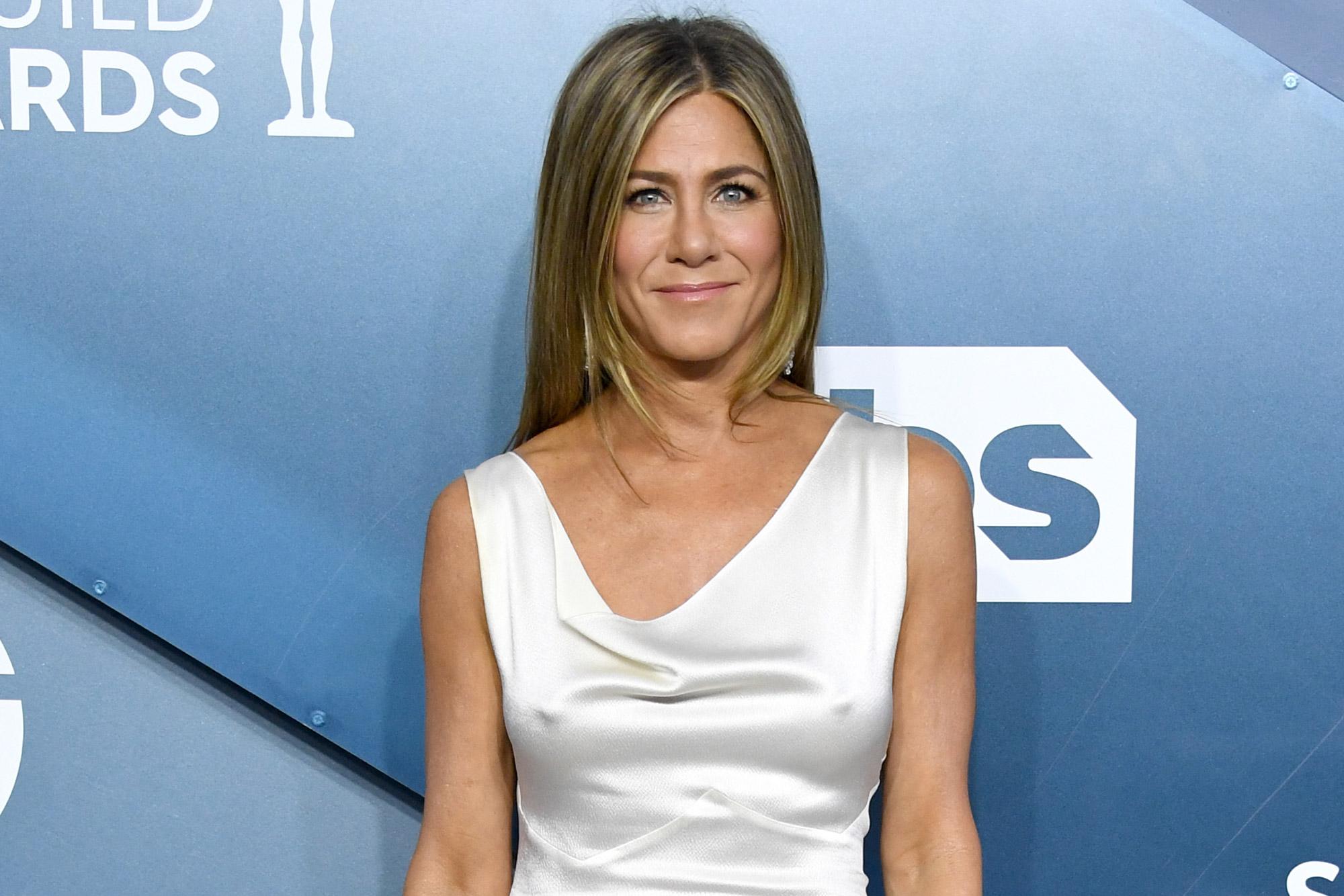 Jennifer Aniston S Sag Awards 2020 Dress Leaves Little To The Imagination