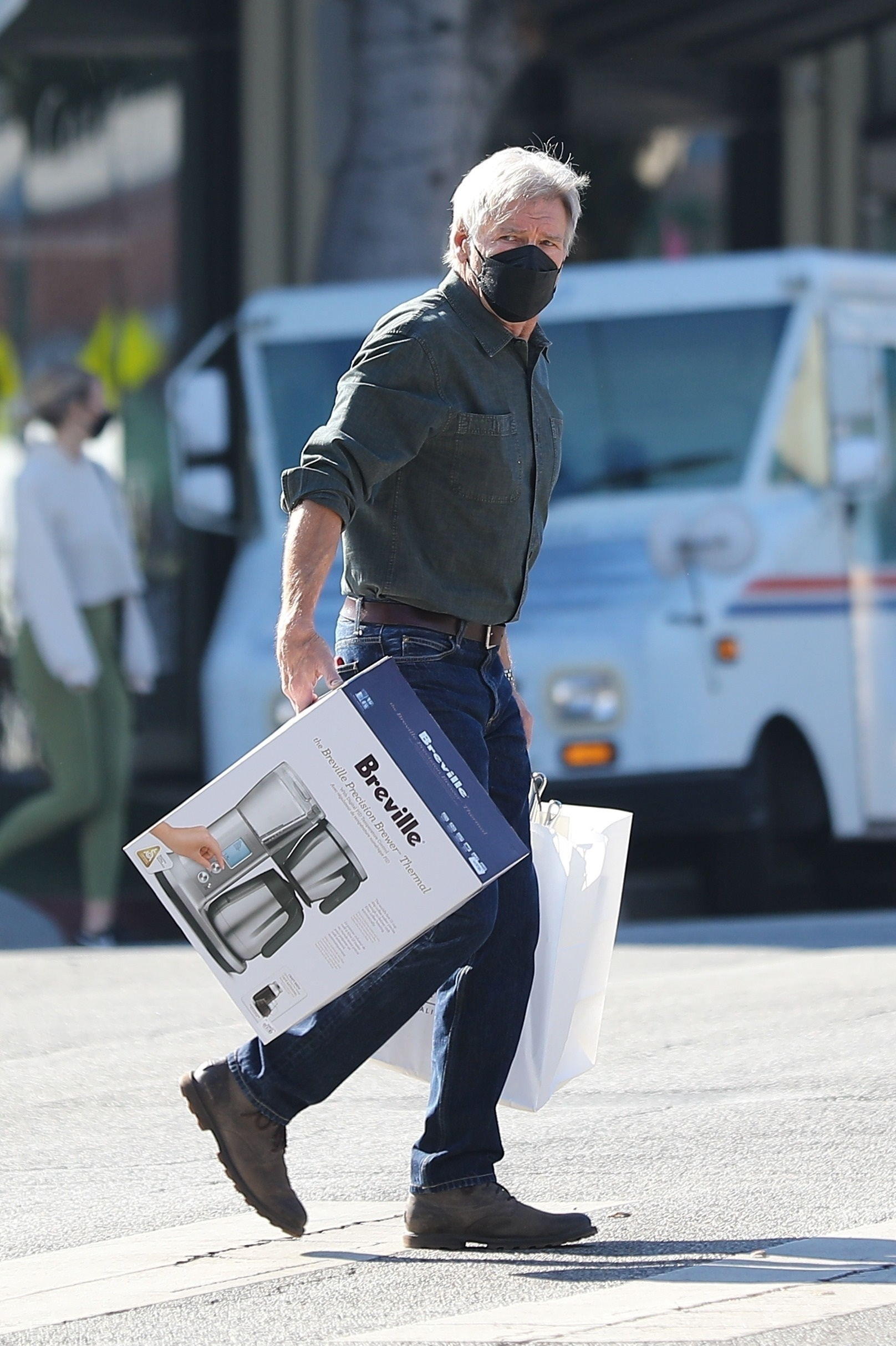 * EXCLUSIVE * Harrison Ford does his Christmas shopping