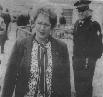Photo de Simone Lagrange, pas tr�s vieille, avec des lunettes, un policier la regarde passer.