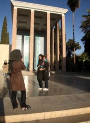 Muchachas en el mausoleo de Saadí