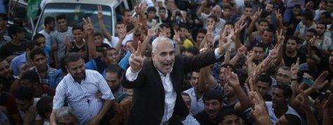 El portavoz de Hamas, Fawzi Barhoum, es cargado por palestinos durante las celebraciones en Gaza. Foto Reuters