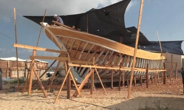 GAZA. Con attrezzi di fortuna costruisce la barca più grande per superare le restrizioni del blocco israeliano