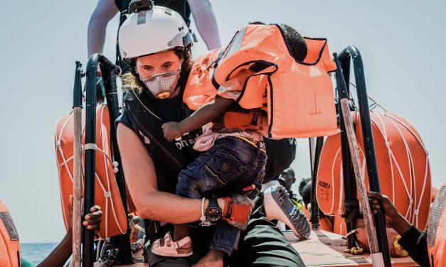 Il Mediterraneo, una frontiera invisibile in cui è proibito salvare vite