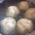 Găluște delicioase umplute cu caise în apă la fiert