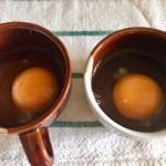 Ouă crude pentru rețeta de ou poșat cu sparanghel la grătar și pâine prăjită