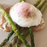 Ou poșat cu sparanghel la grătar și pâine prăjită