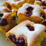 Felii de prăjitură rapidă cu cireșe sau alte fructe