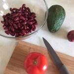Ingrediente întregi pentru salată vegetariană cu paste integrale, fasole boabe și avocado