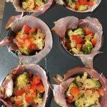 Compoziție brioșe din ouă, legume și bacon la cuptor