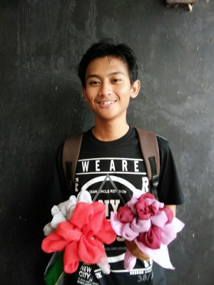 salah satu beswan KSE dengan hasil bouquet bunga hijab