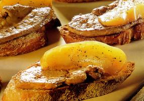 Canapele cu foie gras şi mere