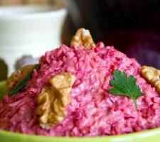 Salată de crudităţi cu nuci şi sfeclă roşie