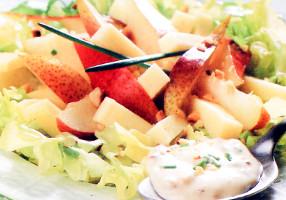 Salată de pere cu nuci, caşcaval şi maioneză