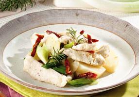 Salată de cartofi cu piept de pui şi roşii uscate