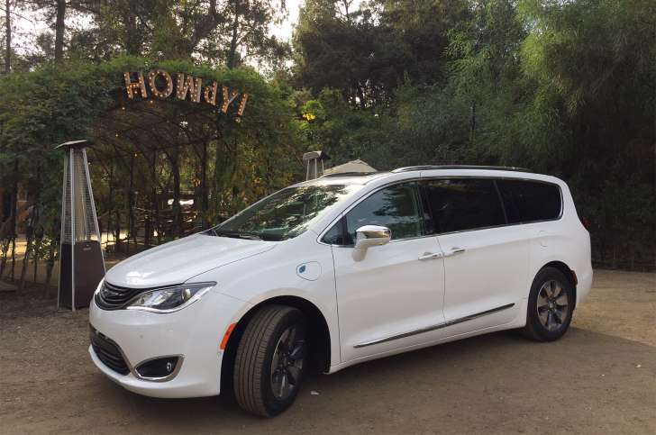 """Review: 2017 Chrysler Pacifica Hybrid Minivan Is A """"smart"""