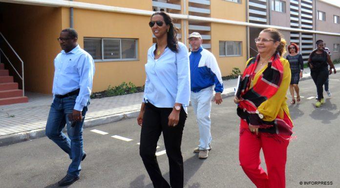 Polémica: Líder do PAICV denuncia que foi impedida de entrar no «Casa para Todos» em Palha Sé e critica casas de portas fechadas com famílias a viverem sem condições de habitabilidade no país