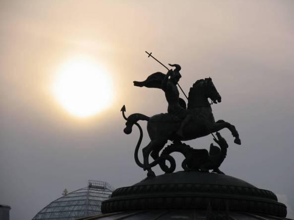 Москва, Манежная площадь, Георгий Победоносец убивает змея