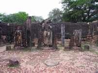Статуи Будды внутри здания
