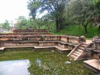Вода подавалась через трубы в виде крокодилов, что немного напоминает украшение кхмерского храма Пре Руп, а также детали мексиканских пирамид