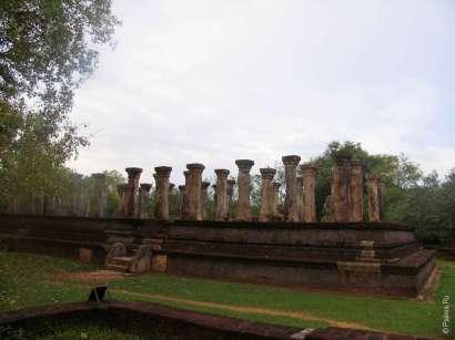 Руины дворца Ниссан Камаллы - древний сингальский парламент
