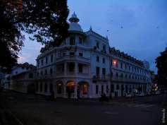 Вид от озера Канди на один из отелей