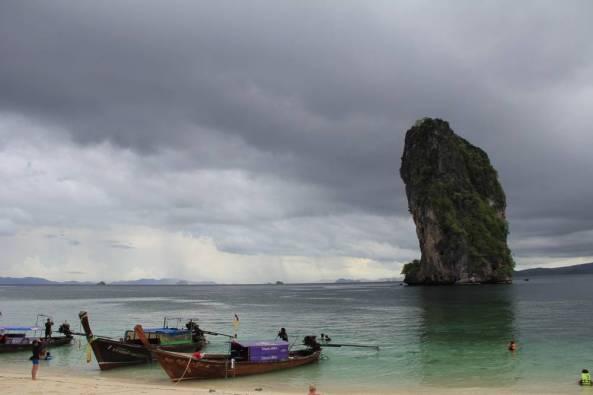 Скала торчит из воды экскурсия 4 острова краби