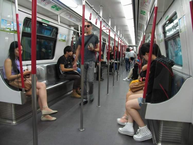 в вагоне гонконгского метро
