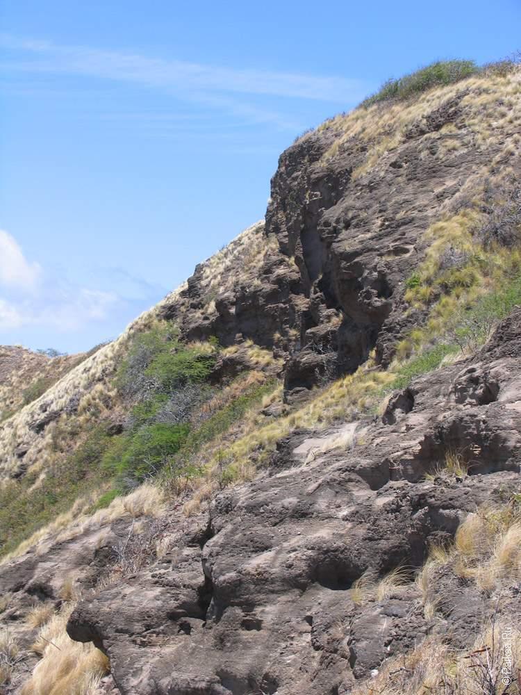 Застывшая лава образовала воронку вулкана