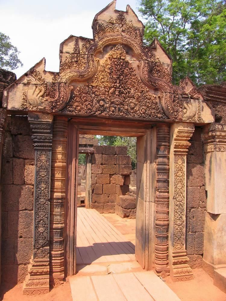 В глаза бросаются два этапа строительства. Обрамление ворот более древнее. Стену возвели кхмеры в 12 веке.