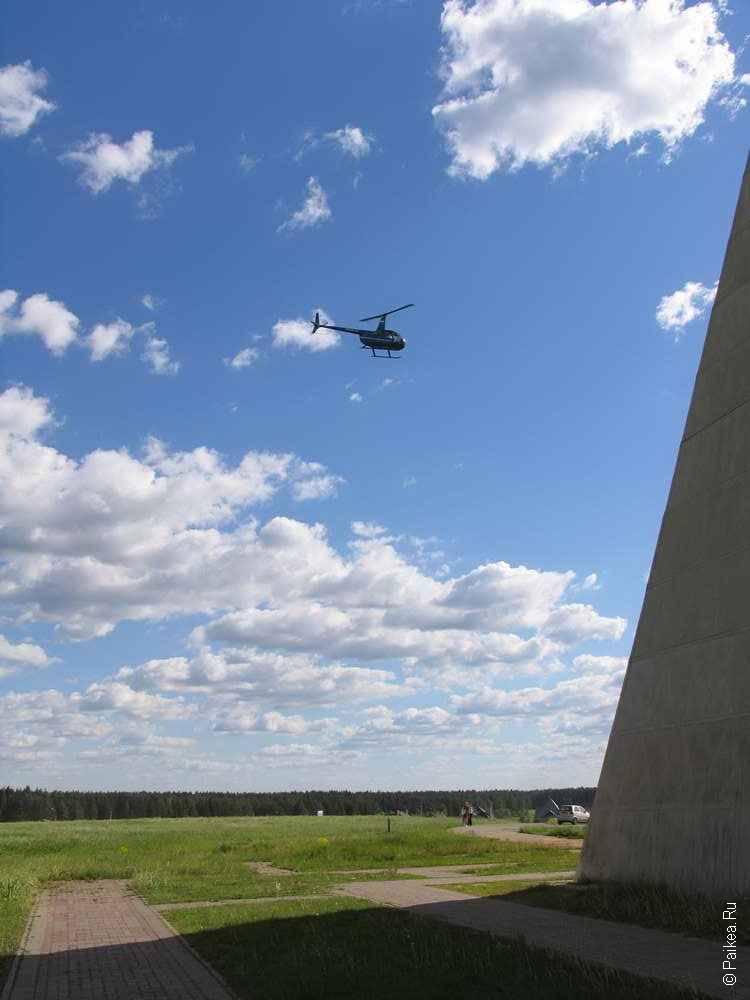вертолет над пирамидой голода