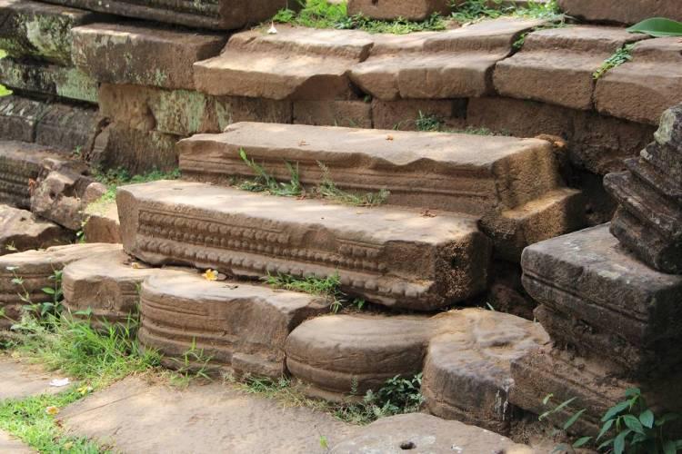 Пример нецелесообразного использования деталей в Ват Пу, Лаос.