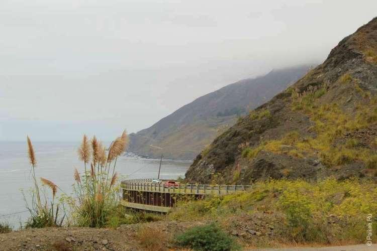 Дорога вдоль океана в штате Калифорния