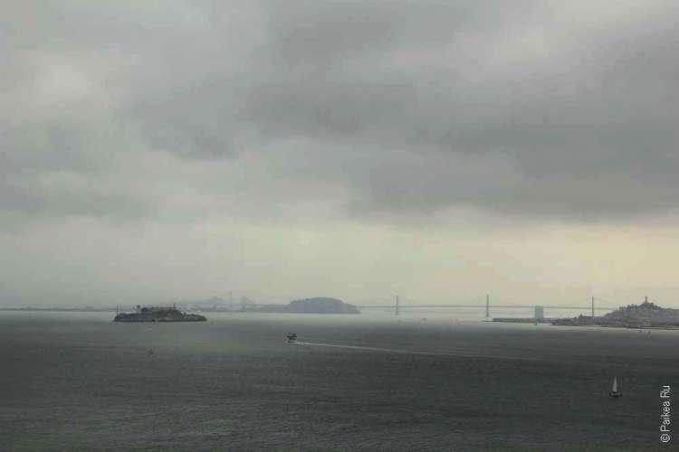 Вид на остров Алькатрас с моста Золотые Ворота в Сан-Франциско