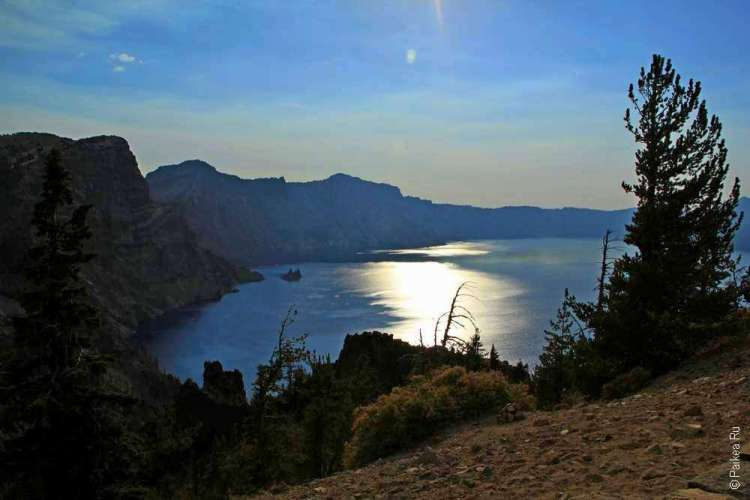 След от садящегося солнца на озере