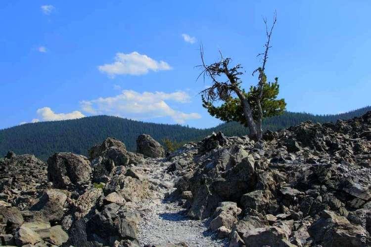 Тропа по обсидиану в кратере вулкана