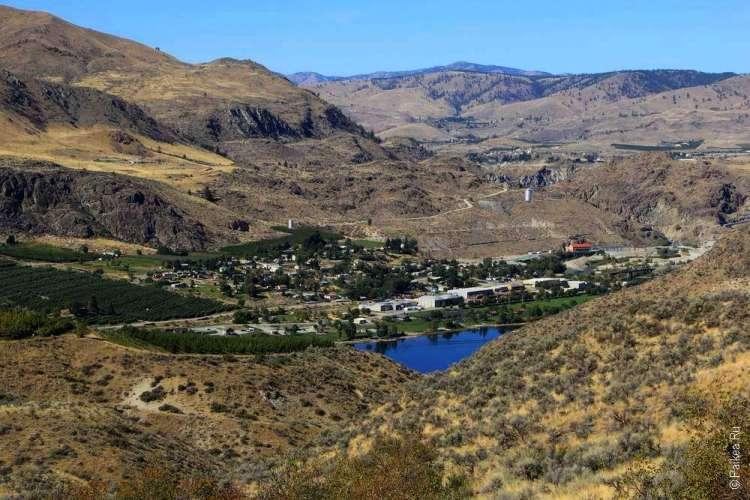 Город и озеро в горах США