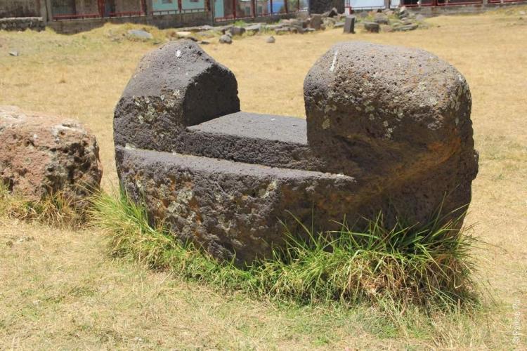 """Несмотря на небрежность кладки, можно отнести ее к """"инкскому"""" стилю. А вот камни ядом показывают настоящих мастеров и строителей храма плодородия."""