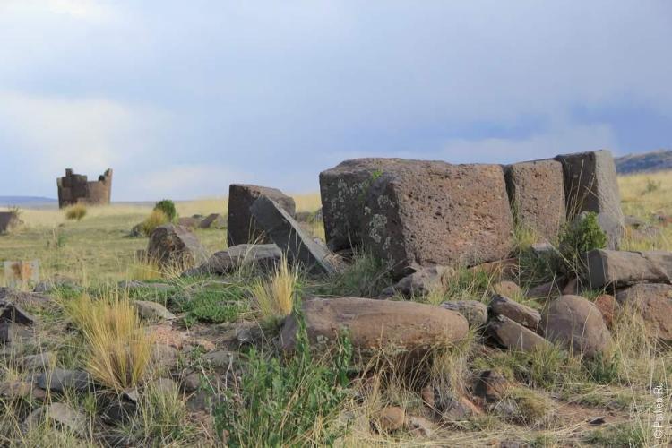 Разбросанные камни вокруг - это от молний. Башни притягивают молнии, а землетрясений в районе Титикака не бывает. Это официальная версия. Однако очевидно, что башни разрушены не молнией, а тем же оружием, от которого пал Иерихон