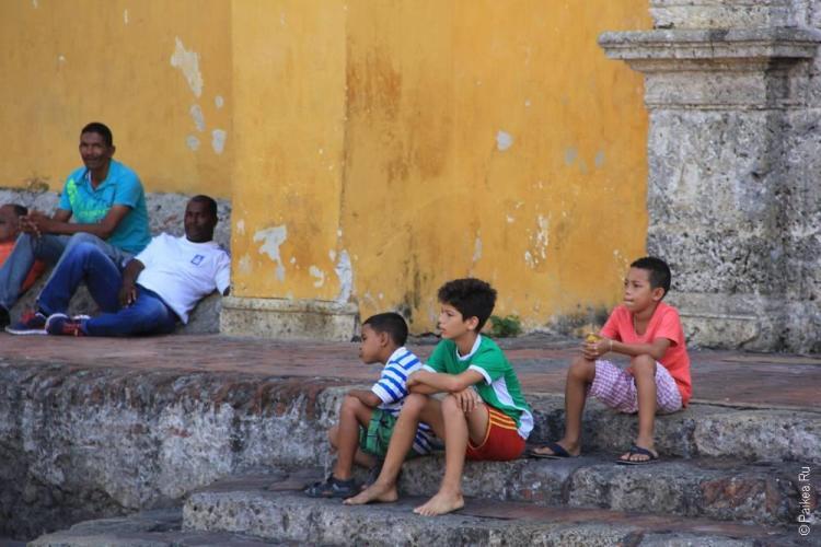 Мальчики сидят на ступенях